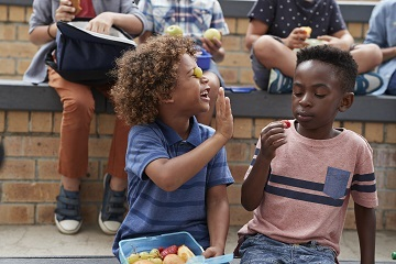Kids with healthy lunch