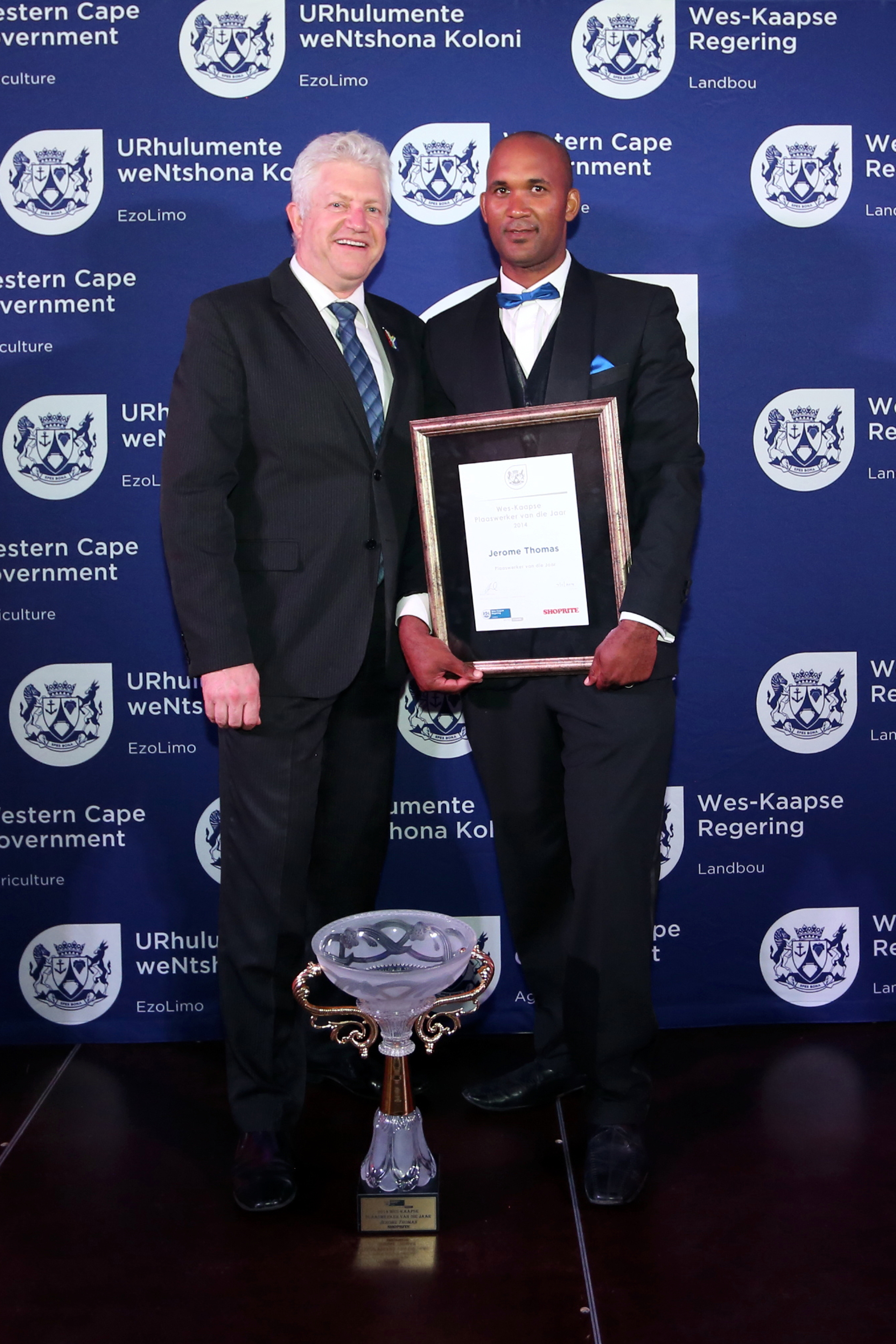 Alan Winde, Minister of Economic Opportunities with winner Jerome Thomas (photo by Piet van Wyk)