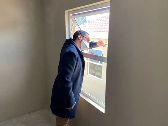 Western Cape Minister of Human Settlements, Tertuis Simmers inspecting one of the windows