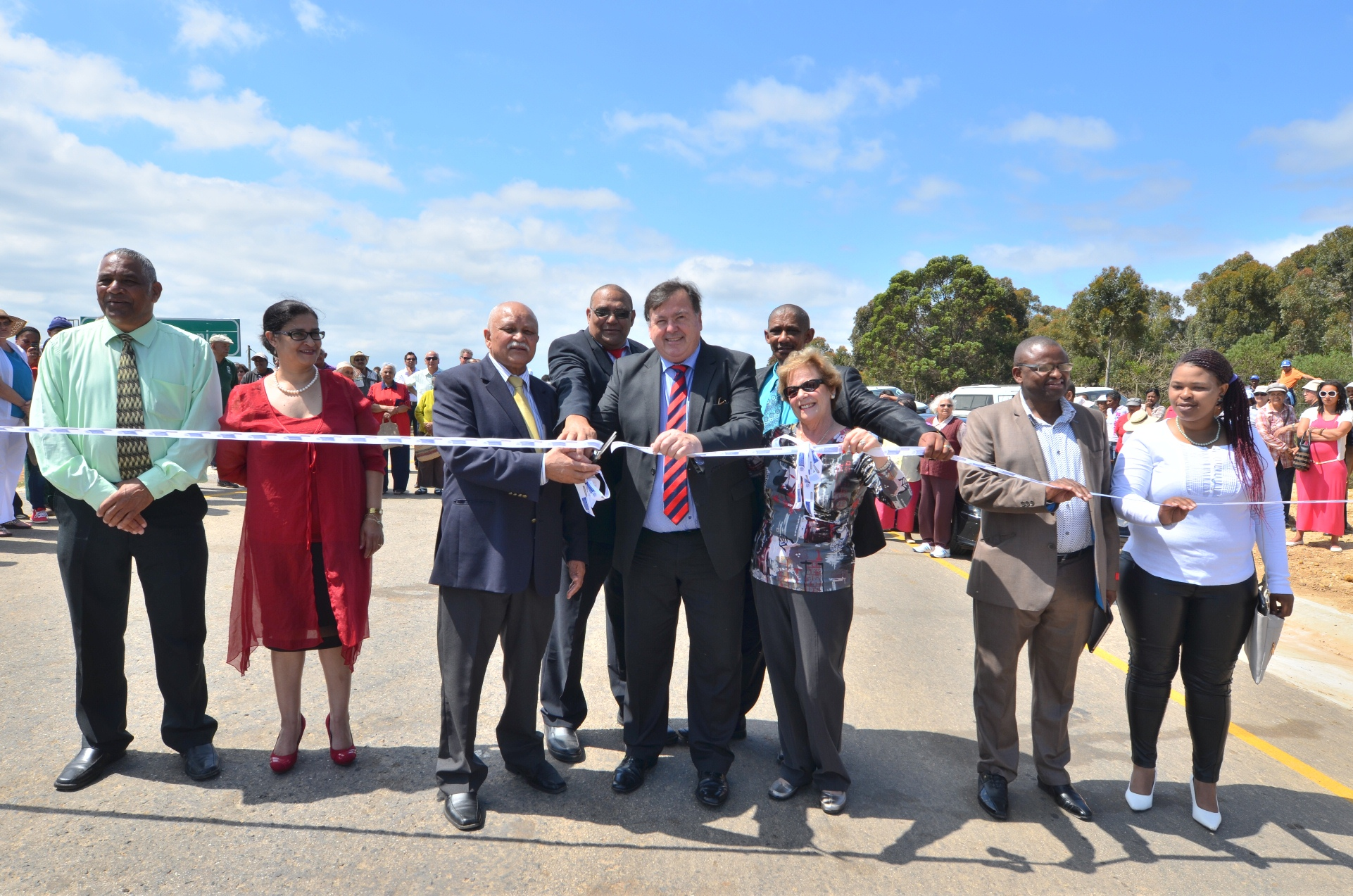 Lincoln de Bryn, Mayor of the Overberg District Municipality, Reverend D Dietrich, Minister Grant, and Nicolette Botha-Guthrie, Mayor of the Overstrand Local Municipality, flanked by municipal officials and guests.