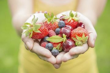 healthy-eating-hands-fruit