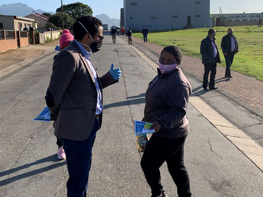 Minister Simmers engaging residents in Pacaltsdorp