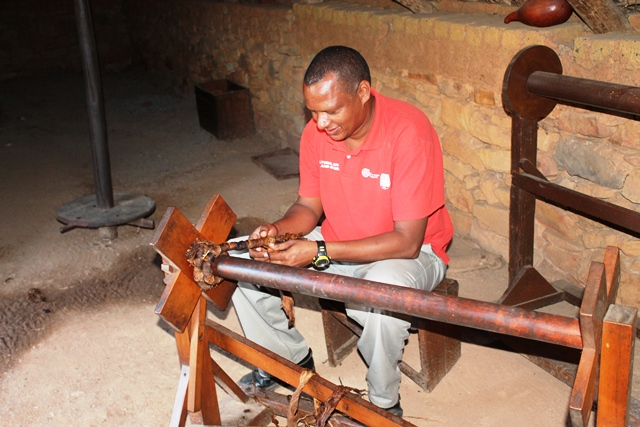 Johannes Malgas demonstrating how tobacco is rolled