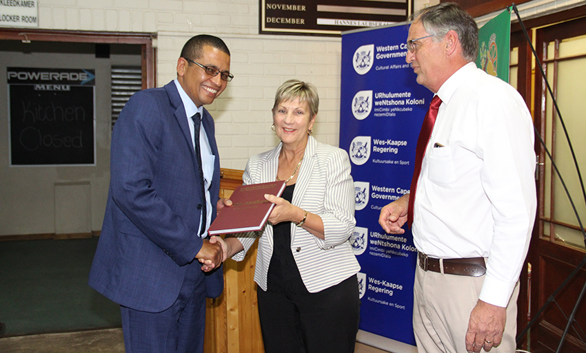 Minister Anroux Marais and Marthinus de Villiers (right) present a copy of Ons Onthou, 29 September 1969 to Witzenberg Municipality mayor, Barnito Klaasen.