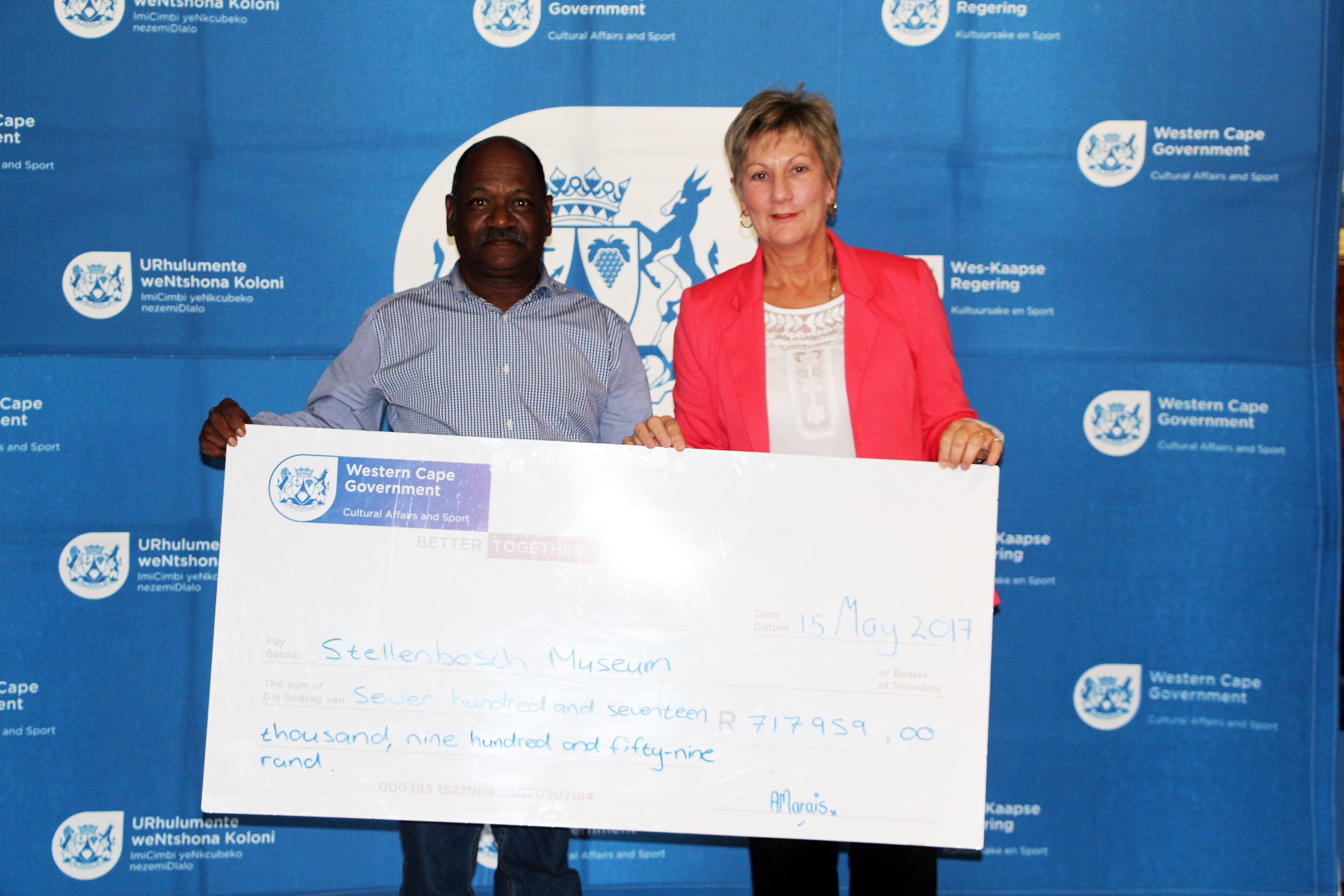 Minister Marais with Henry Davids who accepted the cheque on behalf of Stellenbosch Museum