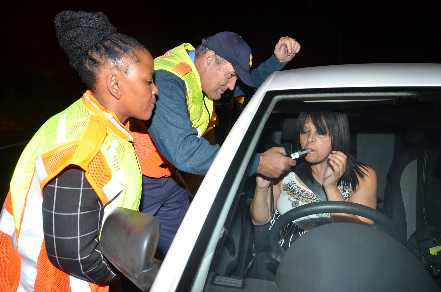 Minister Mbombo and Senior Provincial Inspector Carel Volschenck with a motorist.