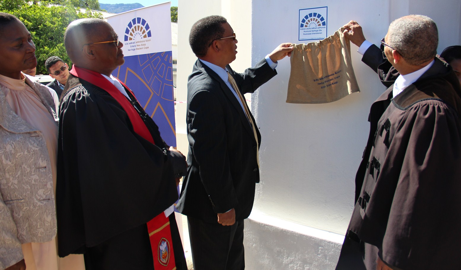 Minister Meyer and Reverend Cloete unveil the heritage badge at the United Reformed Church.