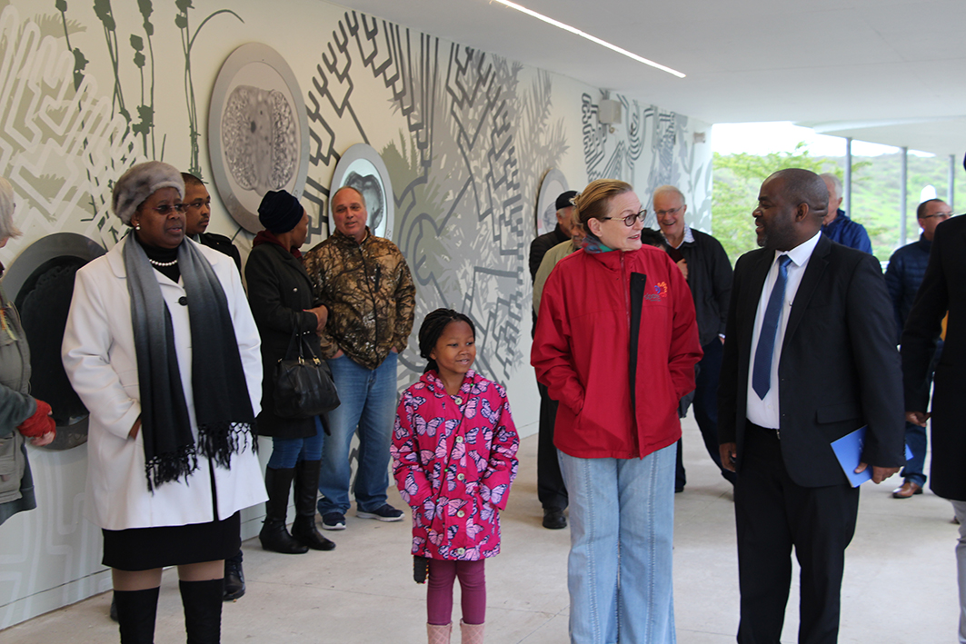 Premier Zille and Mxolisi Dlamuka of DCAS discuss the importance of the fossil park