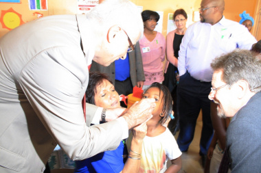 Prof. Craig Househam and Minister Theuns Botha administering polio drops.