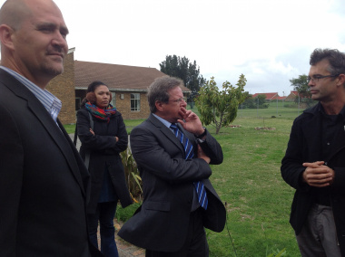 In discussion on the premises of Lentegeur Hospital, is from left the new CEO, Francois van der Watt, Western Cape Minister of Health, Theuns Botha, and psychiatrist, Dr John Parker. In the background is a journalist.