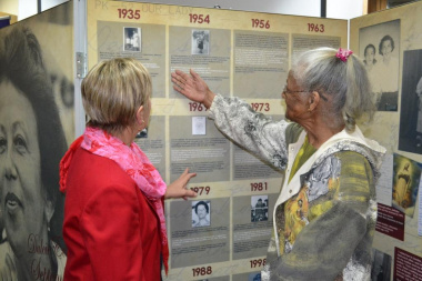 A friend of Dulcie September talks to Minister Marais about the exhibition