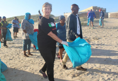 Beach Clean-up with Minister Marais and WP Rugby Players 24 Nov 043
