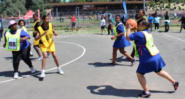 Beaufort West Hospital vs Beaufort West Municipality in a fast-paced netball match.