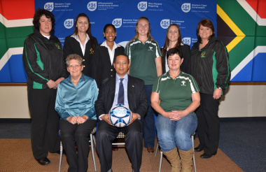 Bennie Saayman , Dr Ivan Meyer and Sunette Marais with the netball representatives from Boland, West Coast and South Western Districts (SWD). Photo by Mark Ward