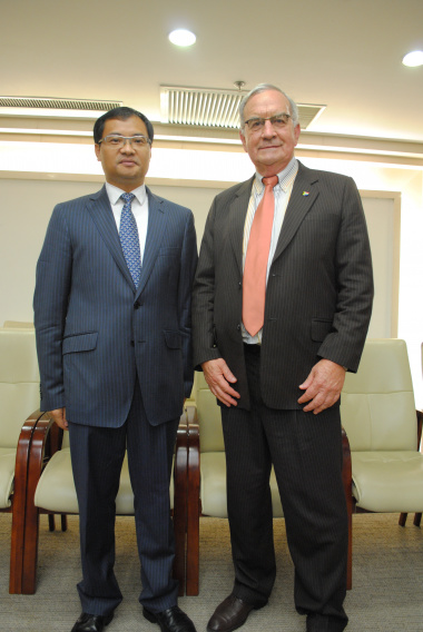 Cao Jiachang, Deputy Director General, Department of West Asian and African Affairs, Ministry of Commerce, and Gerrit van Rensburg, Western Cape Minister of Agriculture and Rural Development