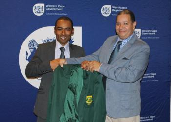 Chess SA president Eldo Smart handing over Kenny Solomon's Protea blazer