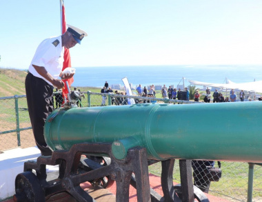 Chief Petty Officer Malgas prepares the Noon Gun on Signal Hill