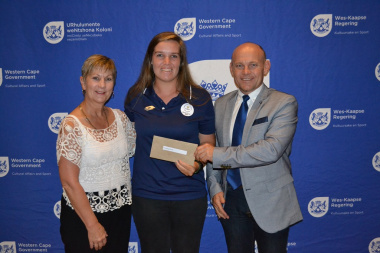 Commonwealth Games medal winner Anneke Snyman received the cheque for Overberg Lawn Bowls