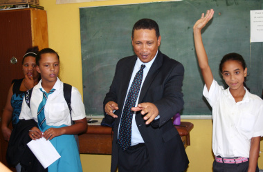 Dr Ivan Meyer interacts with learners from Wavecrest Primary School.
