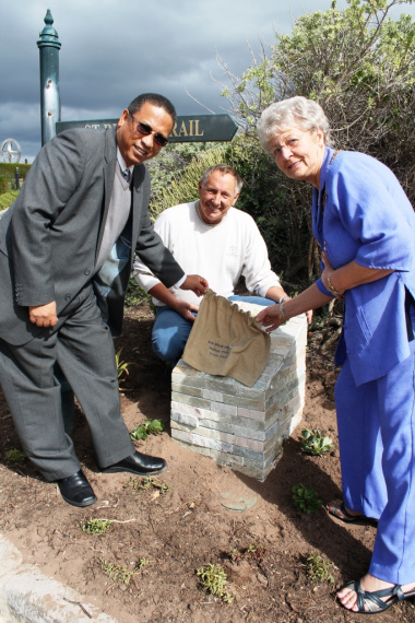 Dr Ivan Meyer Jim Julyan (Pinnacle Point Estate) and Alderwoman Marie Ferreira (Executive Mayor of Mossel Bay) at the unveiling of the plaque. Photo: Nickey Le Roux (Mossel Bay Advertiser)