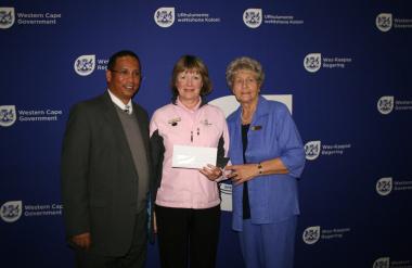 Dr Ivan Meyer, Ms Rita Herholdt (SWD Women's Golf) and Ms Marie Ferreira (Mayor of Mossel Bay) at the cheque handover ceremony.