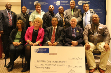 Minister Meyer with representatives from various Western Cape municipalities.