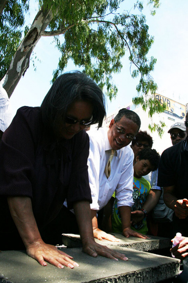 Dr Meyer and Mayor Patricia De Lille leave their handprints in the moulds