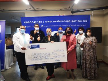 Minister Marais presents R900 000 to the Drakenstein Municipality.