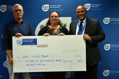 Wheat Industry Museum receives their ceremonial cheque from Guy Redman