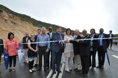 Minister Grant, Mayor Christelle Vosloo (Theewaterskloof Municipality), Mayor Andries Franklin (Overberg District Municipality), Mayor Rudolph Smith (Overstrand Municipality), and officials at the ribbon cutting ceremony.