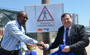 Simphiwe Ulana (Principal of Itsitsa Primary School) and Minister Grant unveil the posters in Mfuleni.