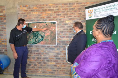 Engineer Pieter de Lange describing the Ebenhaeser irrigation scheme to ministers Meyer and Didiza