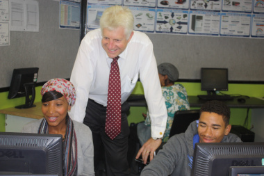 Minister Winde chats to Delft residents who are developing their business plans