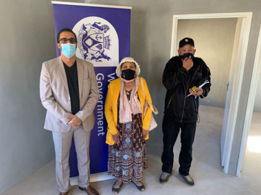 L – R: Western Cape Minister of Human Settlements, Tertuis Simmers, Mrs Christina Mars (73) and Mr Piet Mars (74)