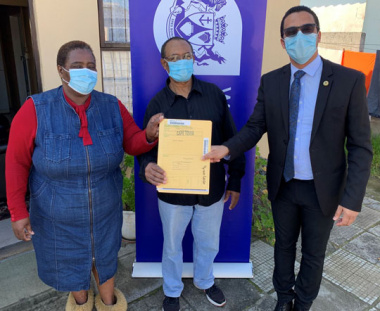 L – R: Mrs (60) and Mr Nkomana (72) and Western Cape Minister of Human Settlements, Tertuis Simmers