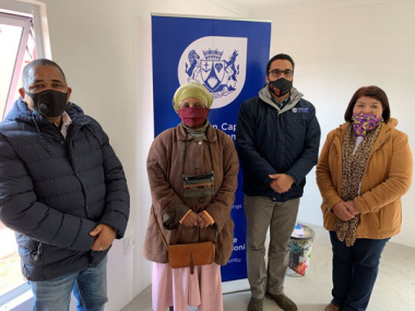 L – R: Drakenstein Municipality Executive Mayor, Conrad Poole, Nolivasi Nkampi (70), Western Cape Minister of Human Settlements, Tertuis Simmers and Councillor Rita Andreas