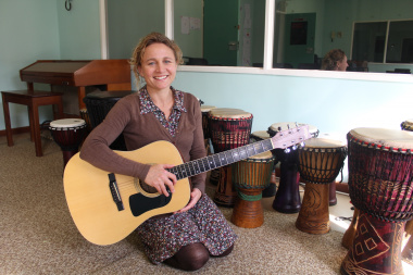 Helene Best, a qualified music therapist, hosts weekly Music Therapy sessions at Lentegeur Hospital. Music Therapy provides an effective alternative to traditional verbal (talk) therapies, which children and adolescents sometimes struggle to connect with.