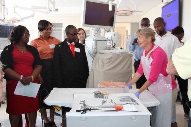 Prof. Mignon McCulloch demonstrating to delegates the insertion techniques involved in Peritoneal Dialysis.