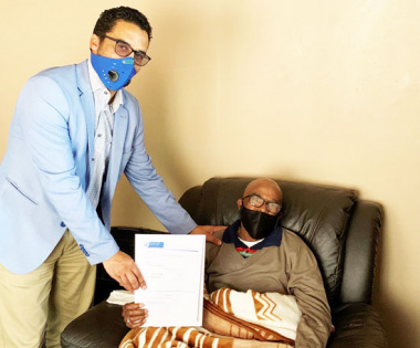L – R: Western Cape Minister of Human Settlements, Tertuis Simmers and Mr Jacob Thomas (73)