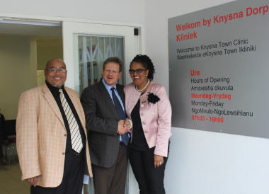 Mr Henry McCombi (chairperson of the Eden District Health Council), Mr Theuns Botha (Western Cape Minister of Health) and Councillor Georlene Wolmarans (mayor of Knysna).