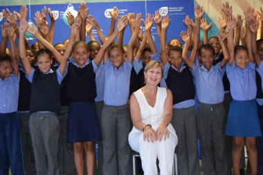 Learners from Slanghoek Primary School with Minister Marais expressing joy at the new library