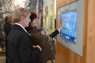 Lorinda Hakimi shows Minister Marais the interactive exhibition at George Museum