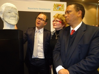 Minister of Cultural Affairs and Sport, Dr Ivan Meyer, and German sculptor, Tom Rucker, admiring the Madiba bust.