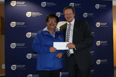 Marsha Wagenaar, representing WP Netball with Minister of DCAS, Theuns Botha