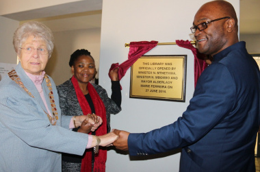 Mayor of Mossel Bay Marie Ferreira, Minister Mbombo and Minister Mthethwa unveil a plaque at the library.