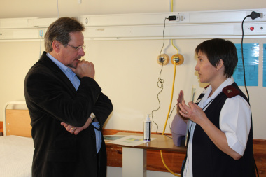 Desireè Maritz, Infection and Prevention Control Coordinator, explains the correct handwashing procedure to Western Cape Minister of Health, Theuns Botha.