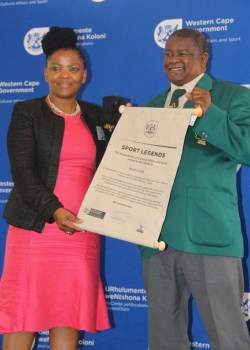 Dr. Mbombo handing over Mzolisi Kota's award. Kota has played a vital role in boxing.