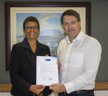Minister David Maynier and DEDAT Deputy Director-General Jo-Ann Johnston, sign a pledge of support for the early stage investment community.