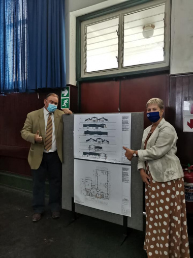 Minister Marais and Mayor Myburgh with the plans of the brand new library to be built.