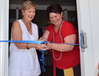 Minister Anroux Marais and Mayor Antoinette Steyn cutting the ribbon of the new library
